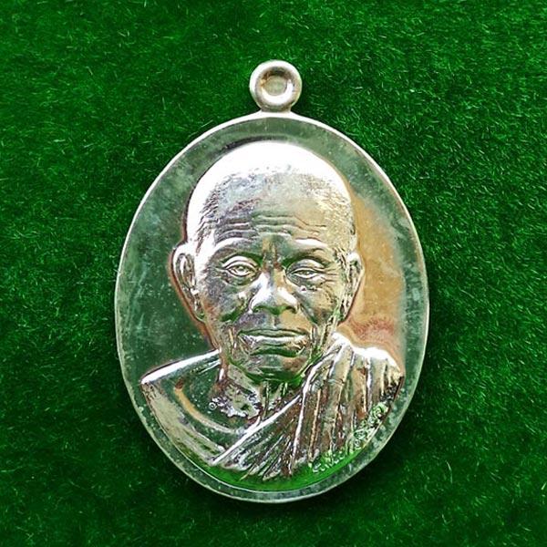 เหรียญหลวงพ่อคูณ วัดบ้านไร่ พิมพ์ครึ่งองค์ รุ่นบารมี ๙๐ เนื้อเงิน ปี 2556 หมายเลข 240