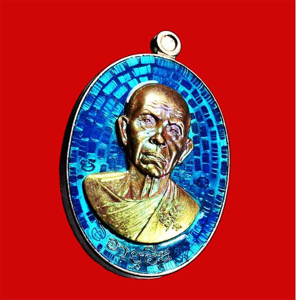 เหรียญอายุยืน หลวงพ่อคูณ แบบครึ่งองค์ คูณ สุคโต เนื้ออัลปาก้าหน้ากากนวโลหะ อยู่ในชุดทองคำ
