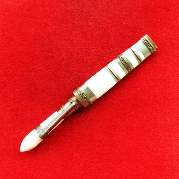 มีดหมอปากกา สามกษัตริย์ ขนาดใบมีด 2.5 นิ้ว  หลวงพ่อเปลื้อง วัดลาดยาว ปี 2553 นิยมมาก เริ่มหายากแล้ว