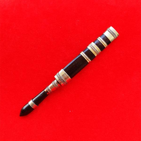 มีดหมอปากกา พ่อท่านเขียว วัดห้วยเงาะ ไม้งิ้วดำ ใบมีดขนาดยาว 3 นิ้ว ปี 2554