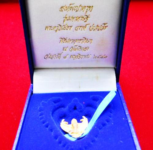 พญาครุฑ เนื้อทองคำ พิมพ์เล็ก รุ่นมหาเศรษฐี หลวงพ่อวราห์ วัดโพธิ์ทอง ปี 2540 มีแป้งเจิมสีแดง และจาร 5