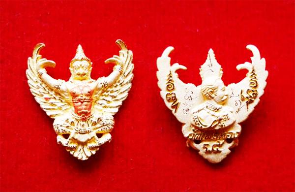 พญาครุฑ เนื้อทองคำ พิมพ์เล็ก รุ่นมหาเศรษฐี หลวงพ่อวราห์ วัดโพธิ์ทอง ปี 2540 มีแป้งเจิมสีแดง และจาร 2