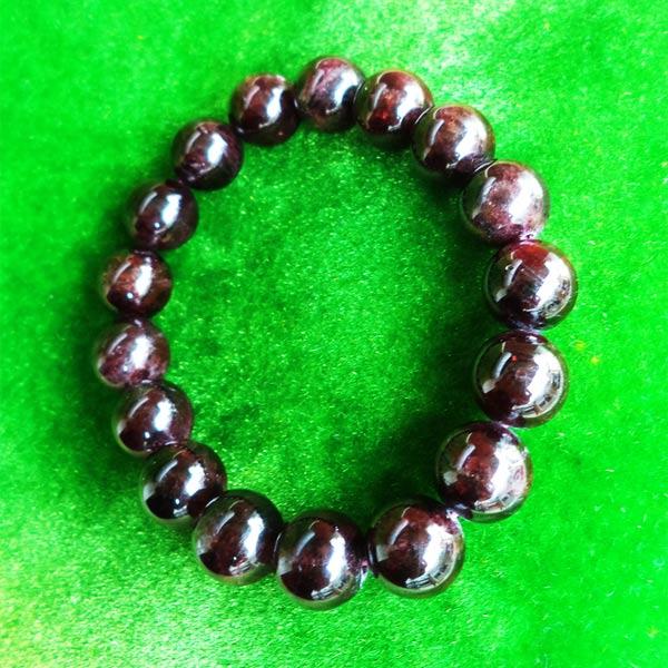 สร้อยข้อมือหินมงคลโกเมน พลอยกลมสีแดงแก่กล่ำ 10 มิล 17 เม็ด เสริมสิริมงคล มีโชคลาภ มั่งคั่งร่ำรวย