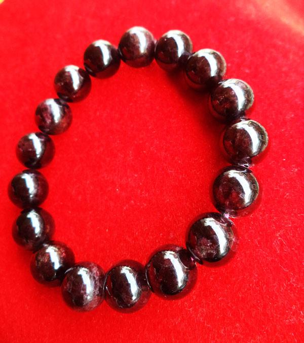 สร้อยข้อมือหินมงคลโกเมน พลอยกลมสีแดงแก่กล่ำ 10 มิล 17 เม็ด เสริมสิริมงคล มีโชคลาภ มั่งคั่งร่ำรวย 1