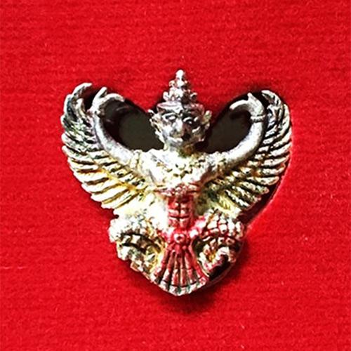 พญาครุฑ เนื้อเงินลงยา พิมพ์เล็ก หลวงพ่อวราห์ วัดโพธิ์ทอง รุ่น ๙ หน้ามหาเศรษฐี มีแป้งเจิมสีแดง หายาก