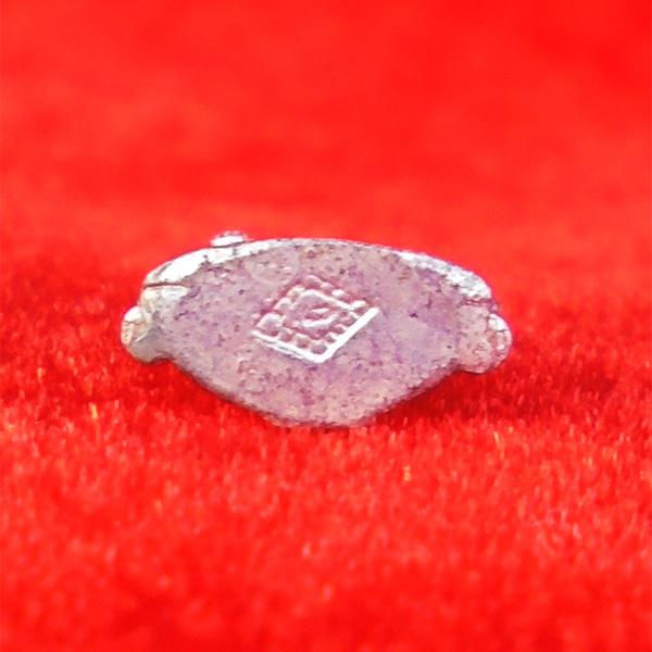 พระพุทธชินราช พิมพ์จิ๋ว สูง 1.3 ซม. เนื้อเงินชนวนหล่อในพิธีนำฤกษ์ รุ่นมหาจักรพรรดิ ปี 2555 เล็กๆสวย 2
