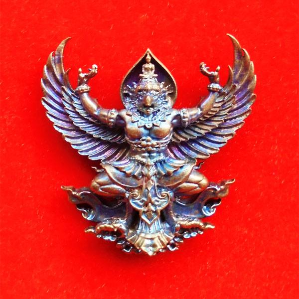 พญาครุฑมหาอำนาจ รุ่นแรก หลวงปู่ทวน วัดโป่งยาง จ.จันทรบุรี เนื้อชนวนผิวรุ้ง ปี 2560 เลขสวย 553