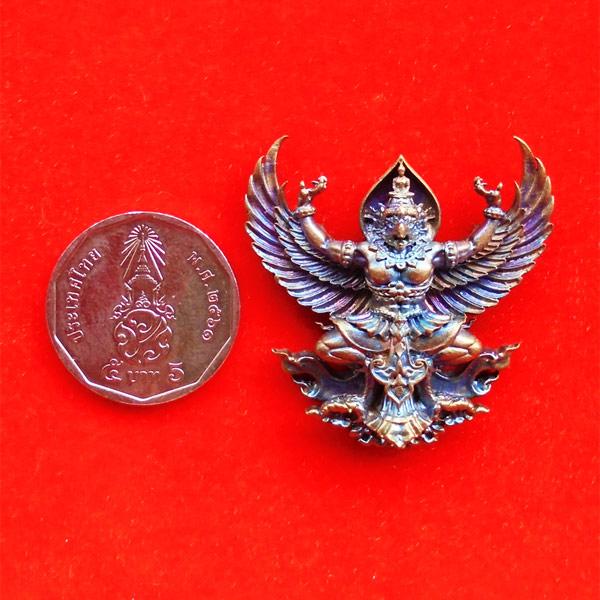 พญาครุฑมหาอำนาจ รุ่นแรก หลวงปู่ทวน วัดโป่งยาง จ.จันทรบุรี เนื้อชนวนผิวรุ้ง ปี 2560 เลขสวย 553 3