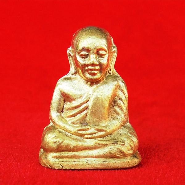 พระรูปเหมือนปั๊ม หลวงพ่อเงิน บางคลาน รุ่นอำเภอ พิมพ์มือติงนัง เนื้อทองเหลือง ปี 2522 นิยมมาก