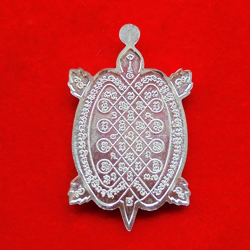 สวยมาก เหรียญพญาเต่าเรือน รุ่นปลดหนี้ หลวงพ่อเพชร วัดไทรทองพัฒนา ศิษย์หลวงปู่หลิว เนื้อเงิน ปี 2555 2