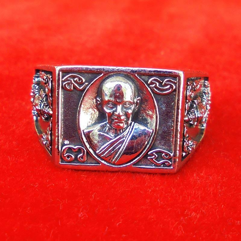 แหวนหลวงปู่ดู่ วัดสะแก รุ่นเปิดโลกเศรษฐี ๕๕ เนื้อ silver plus ปี 2555 เลขสวย 687 สวยมากหายาก