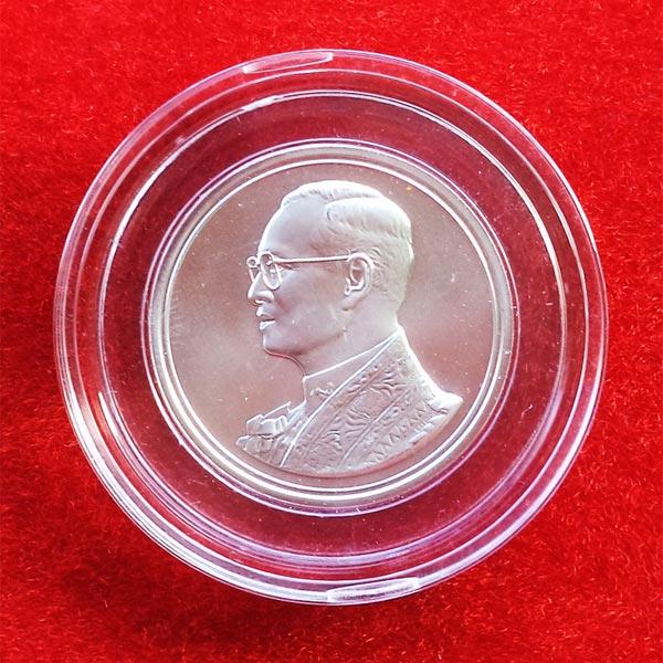 เหรียญในหลวง ฉลองสิริราชสมบัติครบ 60 ปี ปี 2549 เนื้อเงิน เส้นผ่าศูนย์กลาง 3.0 ซม. สวย หายากมาก
