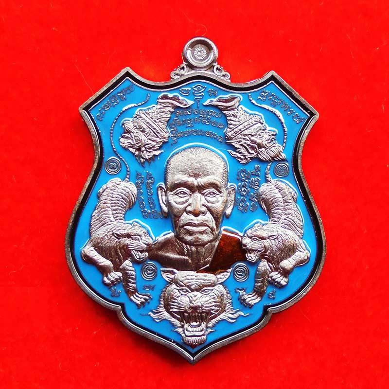 เหรียญ รุ่นพยัคฆ์ ปุญฺญกาโม หลวงพ่อพัฒน์ วัดห้วยด้วน เนื้อทองแดงรมดำลงยาสีฟ้า ปี 2563 เลข 114