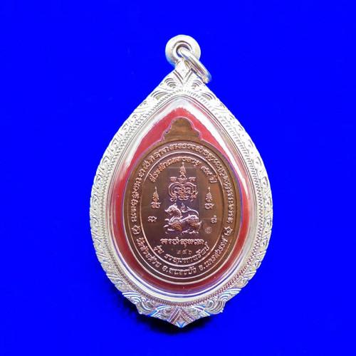 เหรียญรวยมหาทรัพย์ หลวงพ่อพัฒน์ กรรมการ เนื้อนวะหน้ากากชุบทองคำ ลงยาธงชาติ ปี 2564 สวยหายาก 2