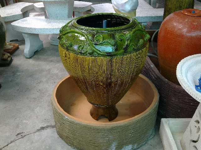 โอ่งน้ำล้นหรือโอ่งน้ำผุดสีเขียวผสมเหลืองลายไทย