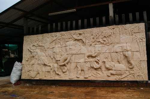 ภาพหินทรายติดฝาผนังช้าง 9 เชือก ยาว 5 เมตร