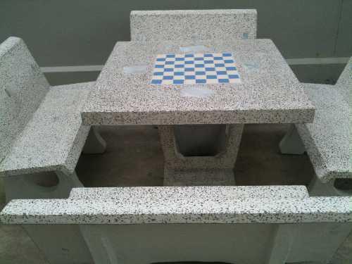โต๊ะหินขัดทรงสี่เหลี่ยมมีพนักพิงมีลายหมากฮอต (ใหญ่)