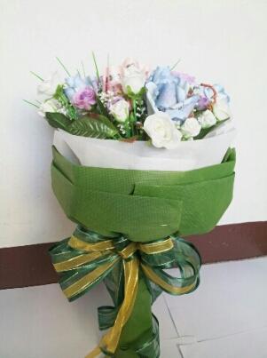 ช่อดอกไม้จากธนบัตรสีเขียวขาวสดใส