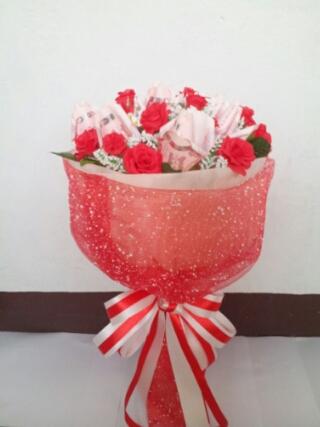 ช่อดอกไม้สีแดงแห่งความรัก
