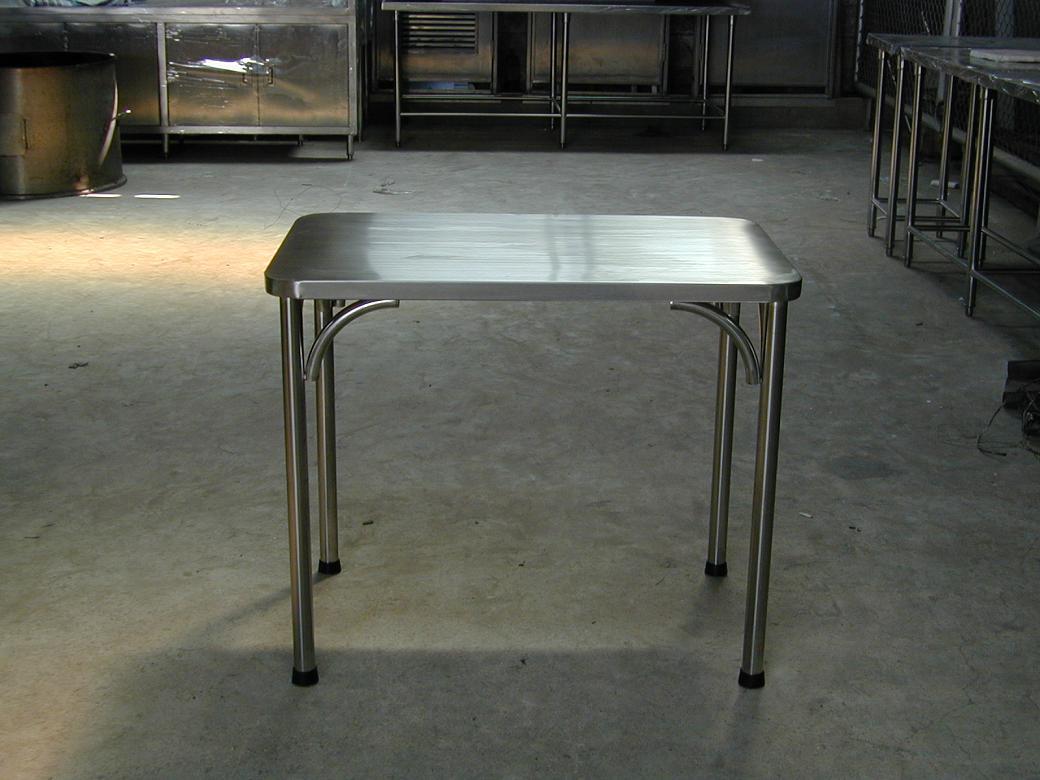 โต๊ะสเตนเลสหน้าเรียบขาปรับยางสีดำ No.T14