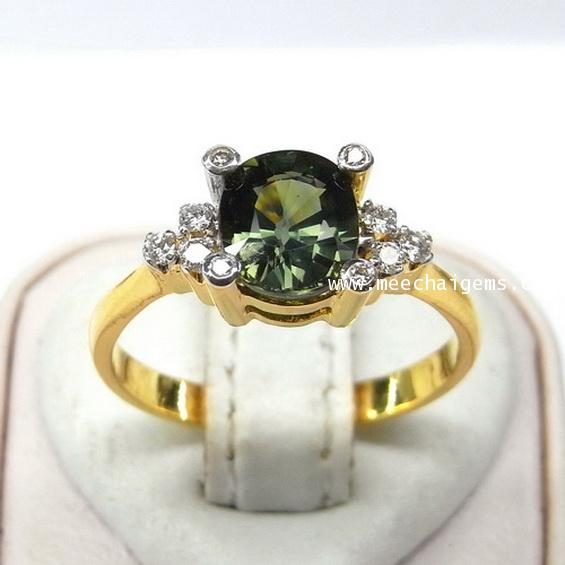 แหวนพลอยเขียวส่องจันท์แท้ประดับเพชร