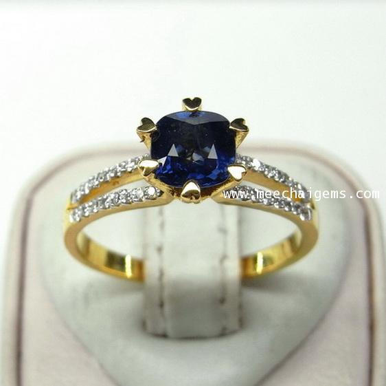แหวนพลอยไพลินจันท์แท้สีสวยมากประดับเพชร
