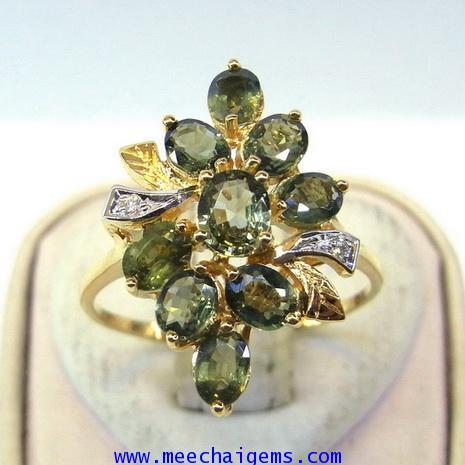 แหวนพลอยเขียวส่องจันท์แท้รวมช่อประดับเพชร