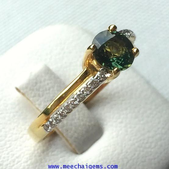 แหวนพลอยเขียวส่องแท้ประดับเพชร