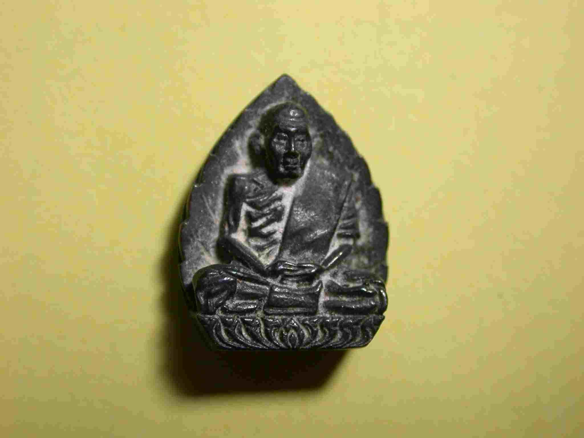 รูปเหมือนใบโพธิ์ เนื้อนวะโลหะ หลวงปู่สี วัดเขาถ้ำบุนนาค นครสวรรค์ 2519