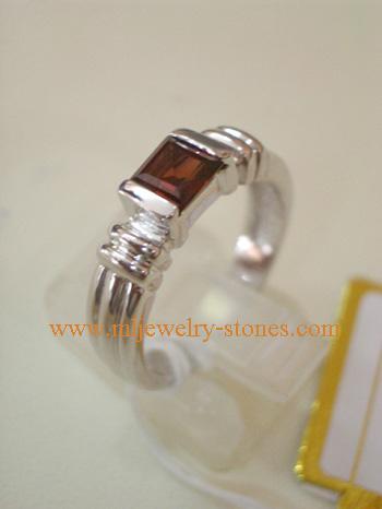 แหวนเงินเคลือบทองคำขาว ประดับพลอยโกเมนแท้ (การ์เนต) ทรงสี่เหลี่ยม แบบเก๋ ทันสมัย
