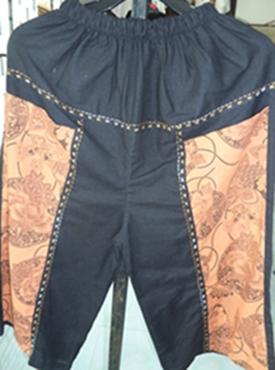 กางเกงผ้าฝ้ายสีดำปักเดินเส้นขาสามส่วน