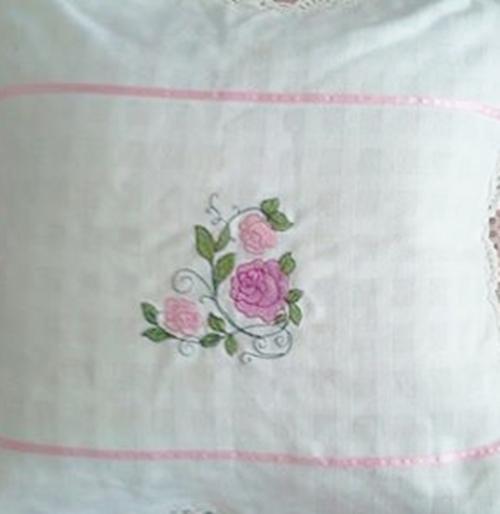 หมอนพิงผ้าฝ้ายสีขาวปักดอกถักโคเชร์