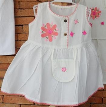 ชุดผ้าฝ้ายสีขาวปักดอกถักโคเชร์(เด็กหญิง)