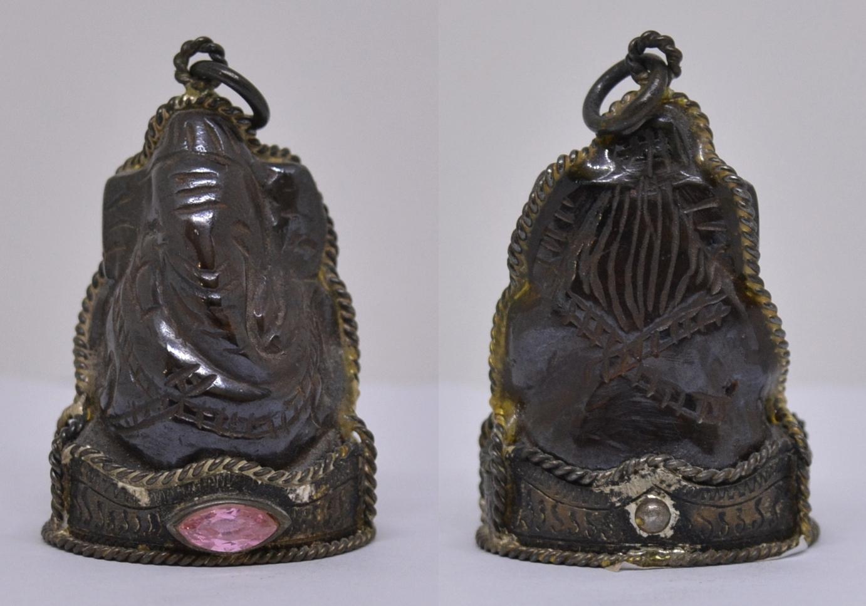 พระพิฆเนศ แกะจากแร่เหล็กไหล จับขอบเงินด้านหน้าฝังพลอย เสก 5 ปี อาจารย์พรต สำนักปู่เสน่ห์โคบุตร