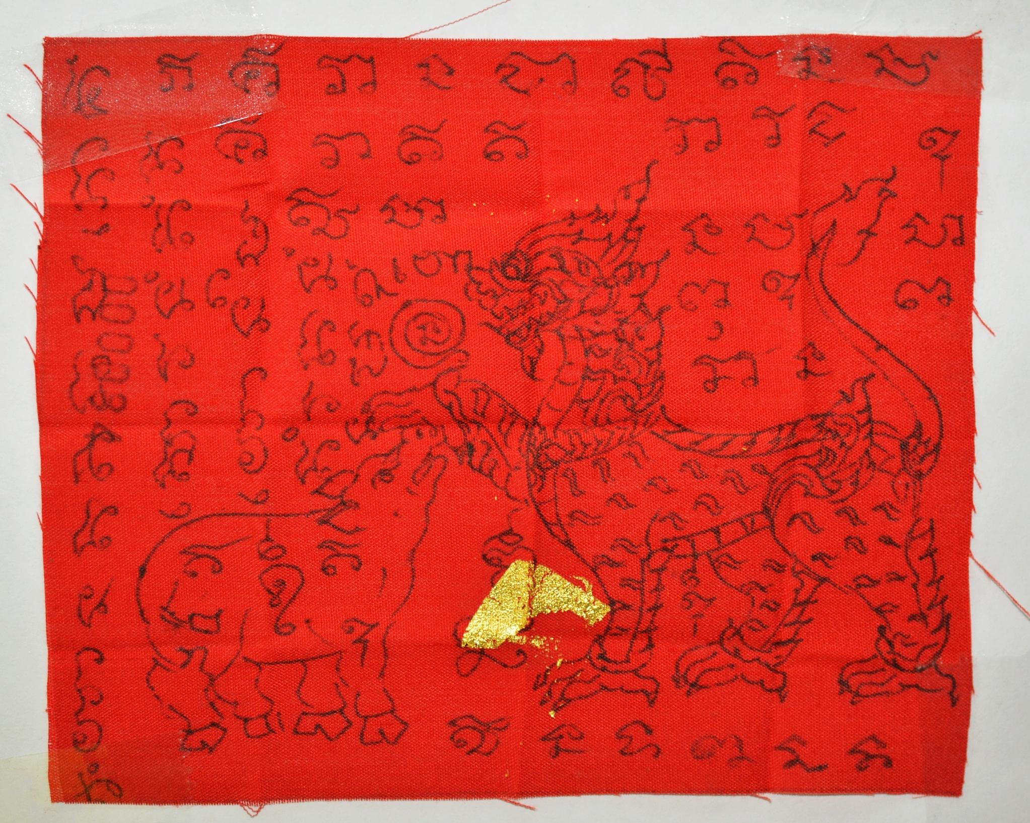 ผ้ายันต์สิงห์ป้อนเหยื่อเขียนมือ ปิดทอง หลวงพ่อแคล้ว วัดเรืองเวทย์มงคล