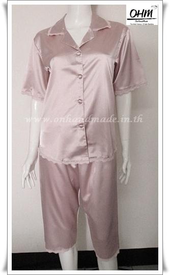 ชุดนอนเสื้อแขนสั้น และกางเกงขาสามส่วน ผ้าซาตินแท้ สีกะปิ