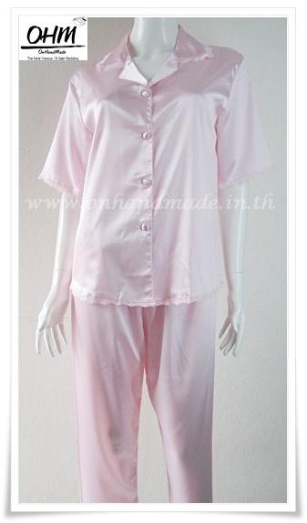 ชุดนอนเสื้อแขนสั้น และกางเกงขาสามส่วน ผ้าซาตินแท้ สีชมพูอ่อน