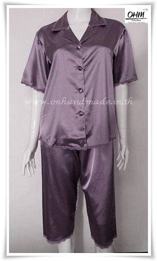 ชุดนอนเสื้อแขนสั้น และกางเกงขาสามส่วน ผ้าซาตินแท้ สีม่วงเปลือกมังคุด