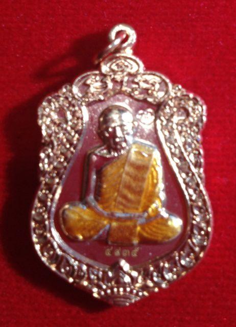 เหรียญเสมารุ่นบรรจุหัวใจพิเศษ หลวงปู่ทิม วัดระหารไร่ ระยอง เนื้อทองแดงลงยาจีวรเหลือง