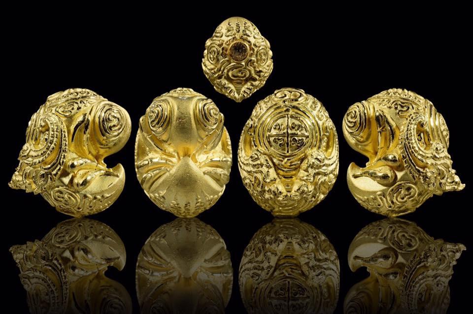 พญาแมงภู่คำหลวง มหาราชา รุ่นแรก ครูบาออ สำนักสงฆ์พระธาตุ ดอยจอมแวะ เนื้อกะไหล่ทอง
