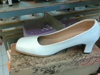 รองเท้าหัวตัดสีขาว ส้นหนาสูง นิ้วครึ่ง หนังด้าน