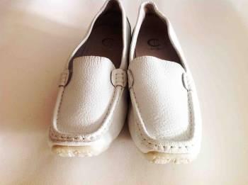 รองเท้าพยาบาลสีขาว ส้นเตี้ย