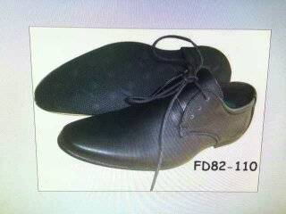รองเท้าหนังหัวแหลม ผูกเชือก สำหรับทอม หนังด้าน  สีดำ