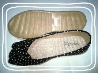 รองเท้าคัชชูแฟชั่น ลายจุด ส้นเตี้ย พื้นยาง สีดำ มีโบว์