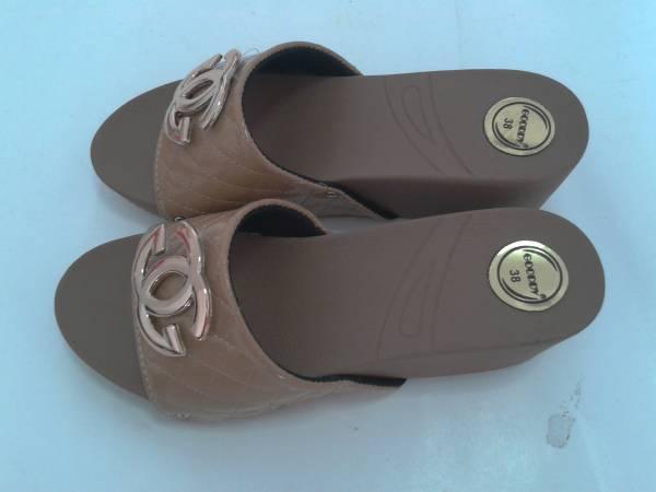 รองเท้าแตะส้นเตารีดแฟชั่น สวมสีครีม พื้นยาง น่ารัก