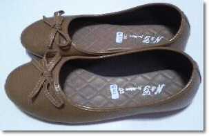 รองเท้าคัชชูแฟชั่น หนังด้าน ผู้หญิง สีน้ำตาล มีลายโบว์ ส้นเตี้ยพื้นยาง