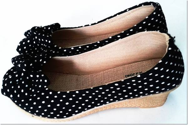 รองเท้าผู้หญิง ส้นเตารีดยาง ผ้าลายโบว์ ลายจุด สีดำ