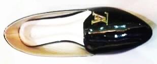 รองเท้าคัชชูแฟชั่น สีดำ ส้นเตี้ย พื้นยาง มีลวดลาย หนังแก้ว หัวแหลม