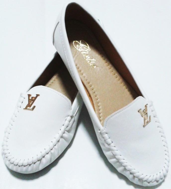 รองเเท้าสีขาว หนังด้าน ส้นเตี้ย มีลาย หัวกลม
