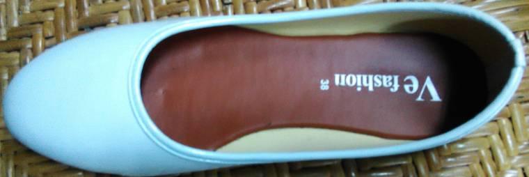 รองเท้าคัชชู สีขาว ไม่มีลาย หนังแก้ว ส้นเตี้ย